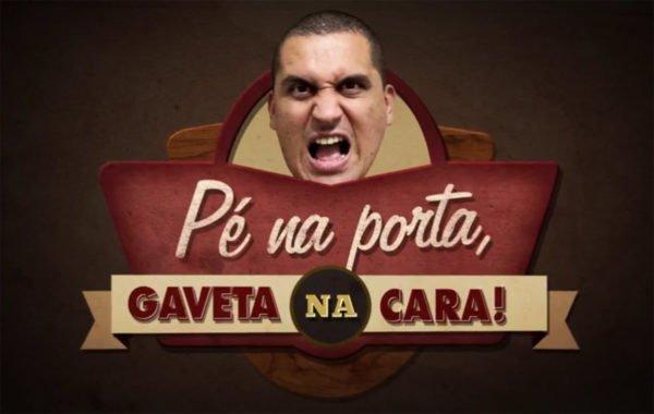 Anderson Gaveta em Pé na porta Gaveta na cara